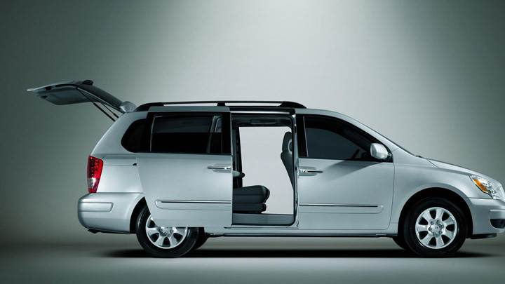 Side Pose Of Hyundai Entourage 2009 In White N Doors Open