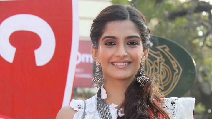 Sonam Kapoor Smiling N Wet Lips At Hello Classic Race