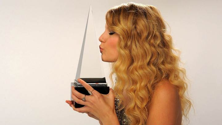 Taylor Swift Kissing On Award Side Photoshoot