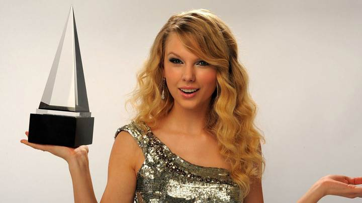 Taylor Swift Piramid In Hand Photoshoot