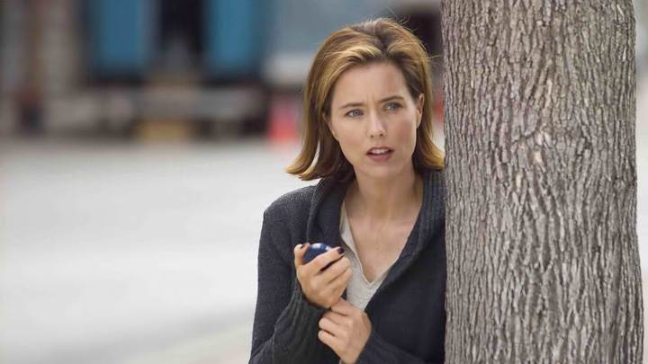 You Kill Me – Tea Leoni Hiding Back Of The Tree