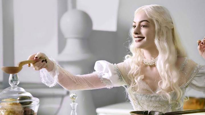 Alice in Wonderland – Anne Hathaway As White Queen Smiling
