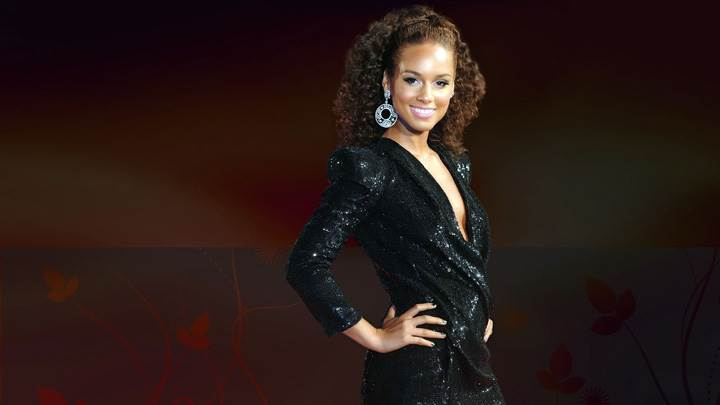 Alicia Keys Smiling Side Pose In Black Dress