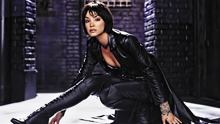 Ashley Scott Sitting Pose At Birds Of Prey Promoshoots