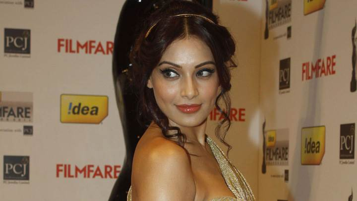 Bipasha Basu Filmfare Awards 2012 Red Carpet Side Pose