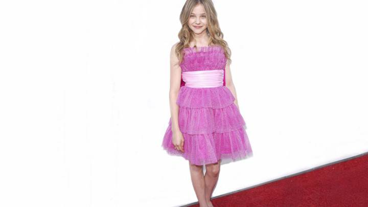 Chloe Grace Moretz Sweet Smiling Pose In Pink Dress