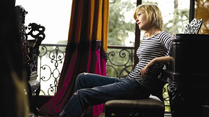 Dido Sitting In Top N Jeans Side Pose Photoshoot
