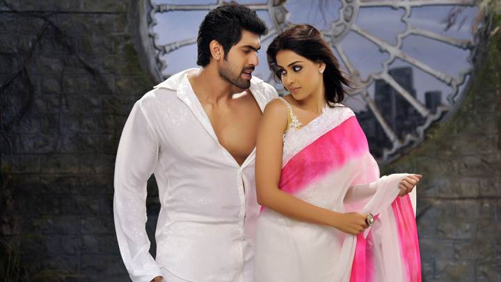 Genelia D'Souza And Rana Daggubati Walking Outside House In Naa Ishtam