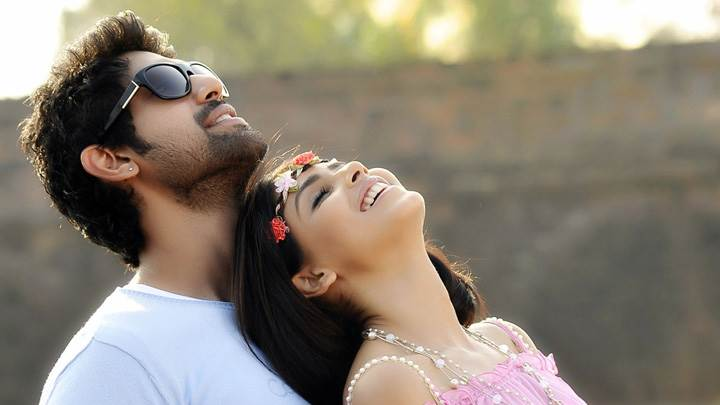 Genelia D'Souza And Rana Daggubati Looking Up Pose In Naa Ishtam