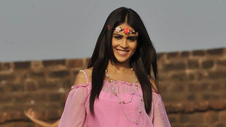 Genelia D'Souza Smiling In Pink Dress N Head Band In Naa Ishtam