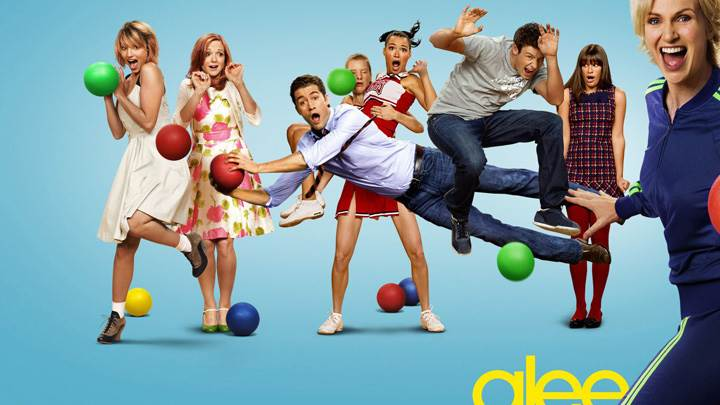 Glee – All Character Playing And Blue Background