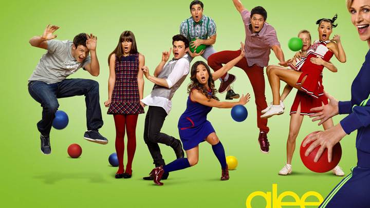 Glee – Characters Playing And Green Background