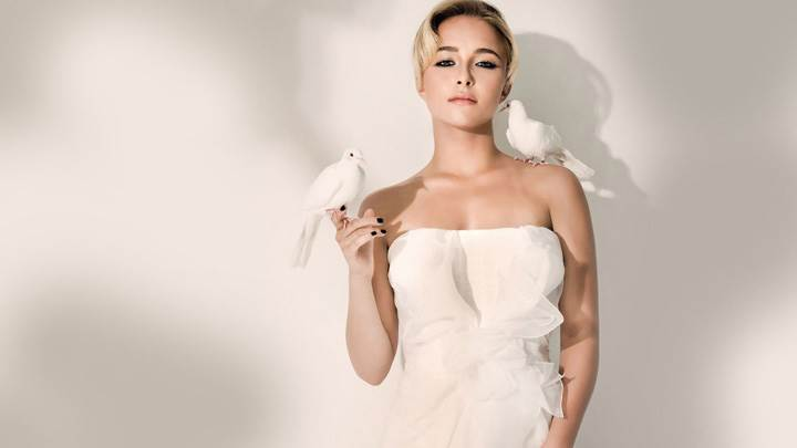 Hayden Panettiere Pigeon On Shoulder In White Dress