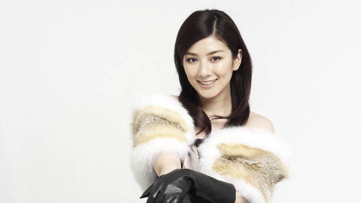Huang Yi Smiling In Furr Stole And Black Gloves