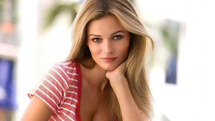 Cute Pose Of Edita Vilkeviciute In Pink Top