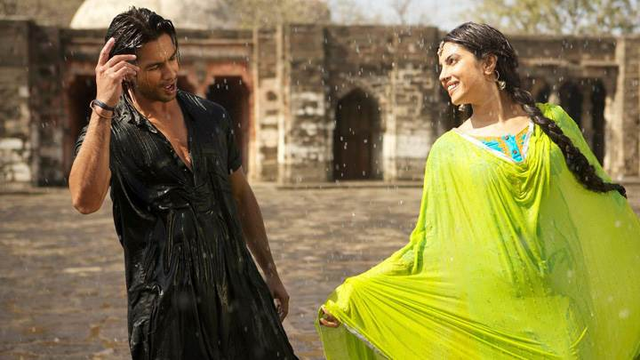 Teri Meri Kahaani – Priyanka Chopra And Shahid Kapoor Singing In Rain
