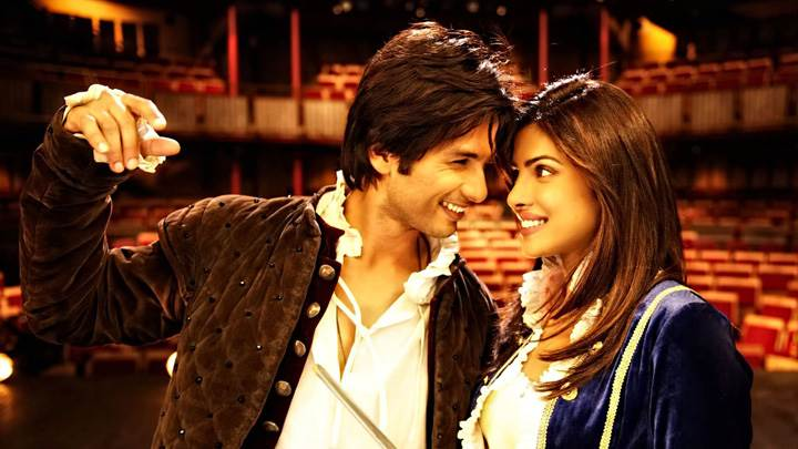 Teri Meri Kahaani – Priyanka Chopra And Shahid Kapoor Looking Each Other In Rain