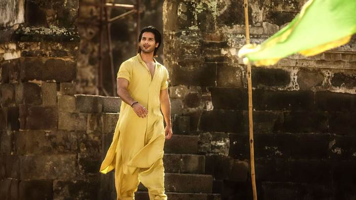 Teri Meri Kahaani – Shahid Kapoor In Long Yellow Dress