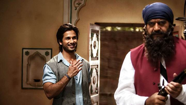Teri Meri Kahaani – Shahid Kapoor Smiling In Room With Man