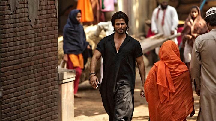 Teri Meri Kahaani – Shahid Kapoor Walking In Long Black Dress