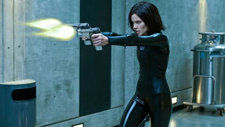 Underworld- Awakening – Kate Beckinsale As Selene Guns In Hands