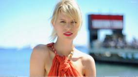 Karolina Kurkova Red Lips N Golden Hairs Cute Face Photoshoot