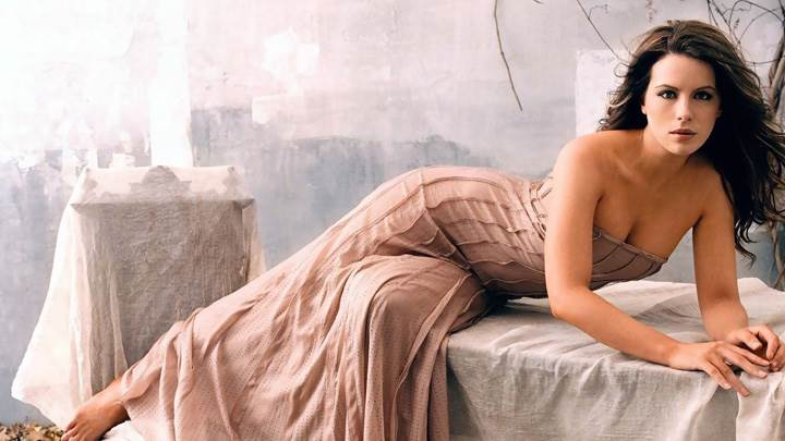 Kate Beckinsale Sitting Pose In Long Dress