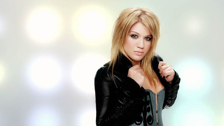 Kelly Clarkson In Black Jacket N Golden Hairs