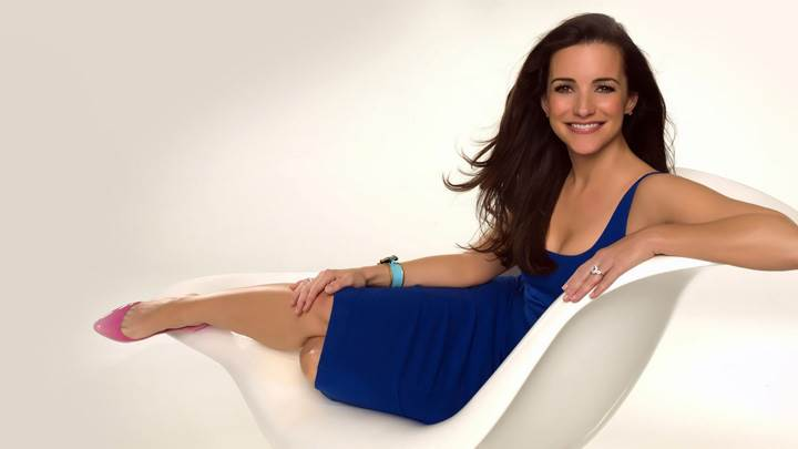 Kristin Davis Smiling N Sitting Pose In Blue Dress