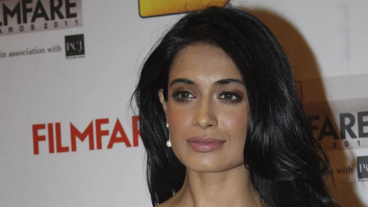 Sarah-Jane Dias Glossy Lips At Filmfare Awards 2012 Red Carpet