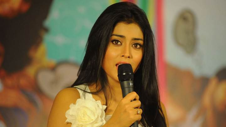 Shriya Saran On Stage Mic In Hand At Nuvva Nena Press Meet