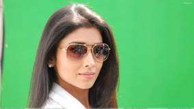 Shriya Saran Wearing Goggles N Green Background In Nuvva Nena