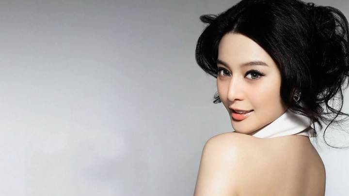 Sun Feifei Looking Back Pose Glossy Lips Photoshoot