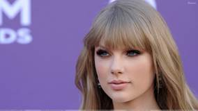 Taylor Swift Cute Eyes At 47th Annual Academy of Country Music Awards