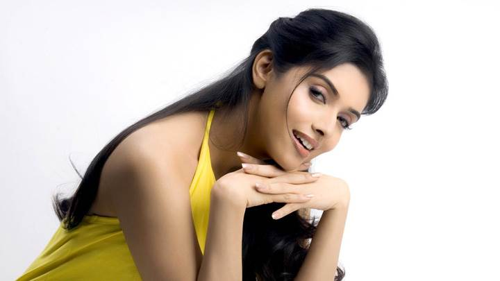 Asin Cute Smiling Pose In Yellow Dress Photo