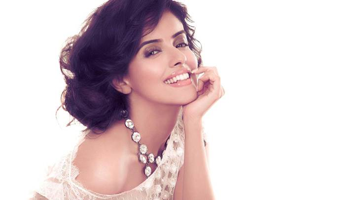 Asin Smiling Wallpaper In White Dress