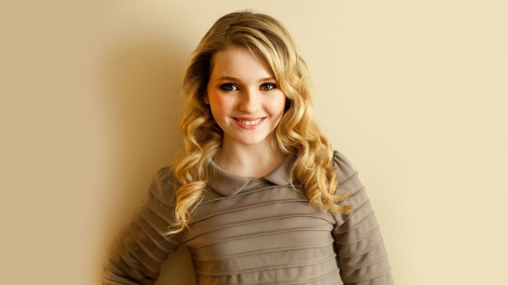 Abigail Breslin Smiling Golden Hairs Looking Cute