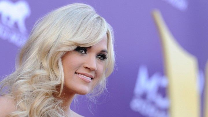 Carrie Underwood Face Closeup Golden Hairs Smiling