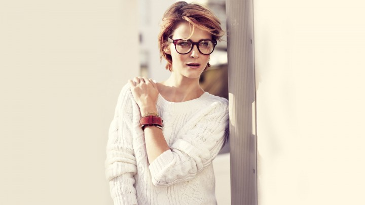Carmen Kass Wearing White Sweater And Transparent Goggle
