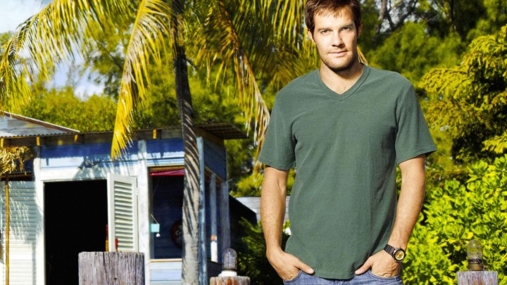 Geoff Stults Wearing Green T-Shirt Hands In Pockets