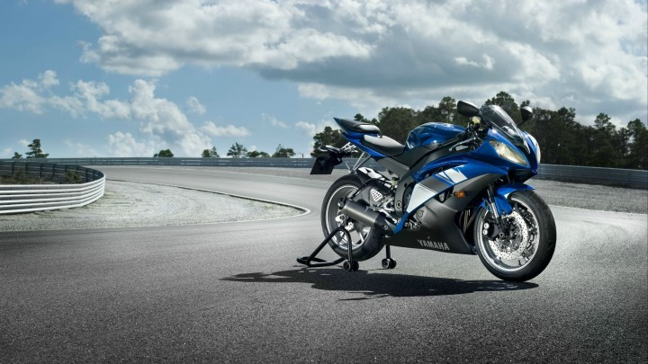 Side Pose Of 2014 Yamaha YZF-R6 In Blue Colour